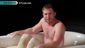 Vat19 / 挑戰在屁味整人噴霧做成的超臭毆不裂[非牛頓流體]裡泡澡 (中文字幕) Bathing in 250 lbs of Liquid Ass!